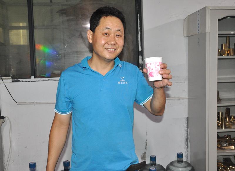 """康意为员工酿制消暑凉茶,工友评:""""凉茶暖人心。"""""""